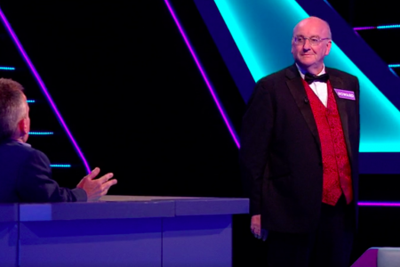 18g. Team captain Howard Bourne takes his turn on Tenable with host Warwick Davis.